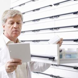 Un pharmacien délivre la pilule sur ordonnance uniquement